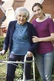Córka seniora Pomaga matka Używać odprowadzenie ramę Zdjęcie Royalty Free