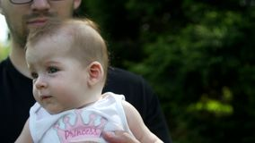 Córka siedzi na rękach pope
