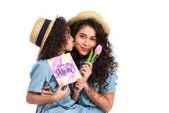 córka z matka dnia kartka z pozdrowieniami i tulipan całuje jej matki Zdjęcia Stock