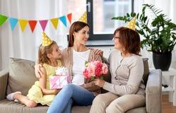 Córka z prezenta pudełka powitania matką na urodziny obrazy stock