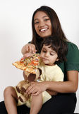 córki łasowania matki pizzy plasterek Zdjęcia Royalty Free