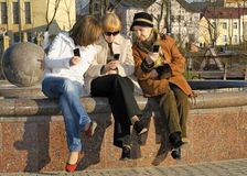córki babci mamy read s sms Fotografia Stock