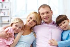 córki ekspresyjnego rodzinnego ojca życzliwi mum farby rodzica ludzie osoby syna fotografia stock