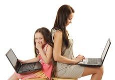 córki laptopów macierzysty używać Fotografia Royalty Free