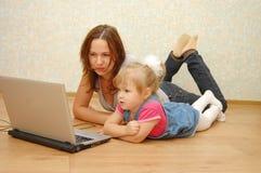 córki laptopu macierzysty używać obrazy stock