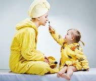 córki makeup matki kładzenie Zdjęcie Royalty Free