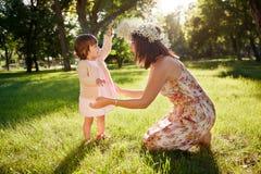 córki ostrości matki parka seniora kobieta zdjęcie stock