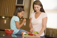 córki posiłku matki narządzanie obrazy royalty free