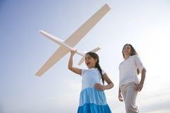 córki zabawa ma matki samolotu zabawkę Zdjęcia Royalty Free