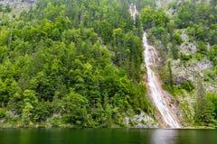 Córrego bonito do rio da montanha Fundo ensolarado da natureza do rio e das rochas Imagem de Stock