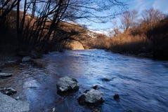 Córrego bonito em um dia ensolarado nas montanhas Imagens de Stock