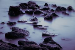 Córrego bonito que flui no movimento Imagem de Stock Royalty Free
