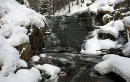 Córrego cercado neve Imagens de Stock