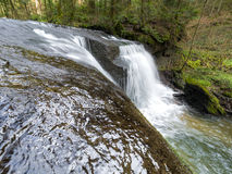 Córrego com água de fluxo imagem de stock