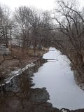 Córrego congelado fotos de stock