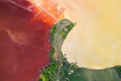 Córrego contaminado, tóxico da água em Geamana, Romênia imagens de stock