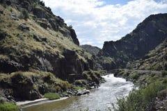 Córrego curvado montanha Imagens de Stock Royalty Free