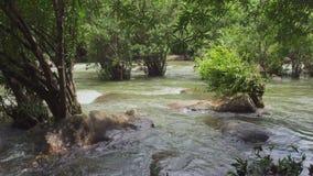Córrego da cachoeira de Takhro após a chuva filme
