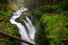 Córrego da montanha com cachoeira Fotos de Stock
