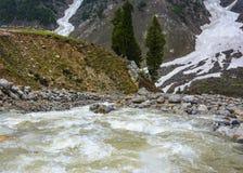 Córrego da montanha em Naran Kaghan Valley, Paquistão Fotos de Stock