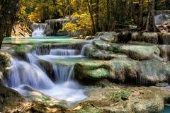 Córrego da montanha entre as pedras mossy Fotografia de Stock