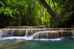 Córrego da montanha entre as pedras mossy Imagens de Stock