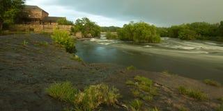 Córrego da montanha no tempo de mola Foto de Stock Royalty Free