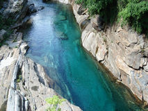 Córrego da montanha nos alpes suíços Fotos de Stock