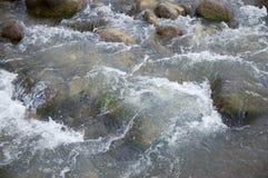 Córrego da montanha que flui da geleira Imagem de Stock