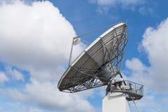 Córrego de dados global parabólico da informação da antena de rádio do radar grande imagens de stock royalty free