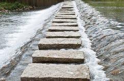 Córrego de pedra da cruz da passagem Fotos de Stock Royalty Free
