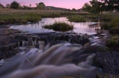Córrego do nascer do sol da água imagem de stock