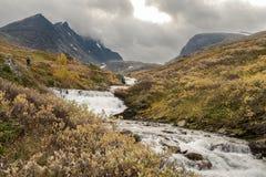 Córrego do rio que vem para baixo das montanhas de Hurrungane em Jotunheimen, Noruega Imagens de Stock Royalty Free