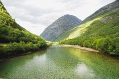 Córrego e montanhas Fotos de Stock