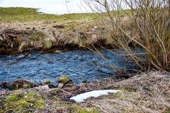 Córrego e neve da água fotografia de stock