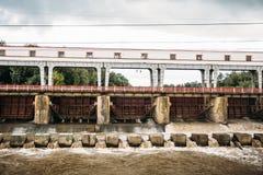 Córrego forte da água na planta hidroelétrico da represa imagens de stock