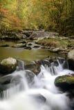 Córrego fumarento da queda da montanha Foto de Stock