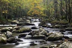 Córrego fumarento da queda da montanha Fotografia de Stock