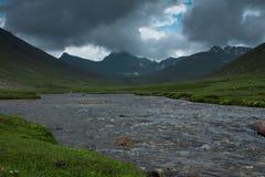 Córrego glacial que corre através das montanhas fotos de stock