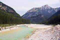 Córrego leitoso de turquesa nas dolomites fotos de stock