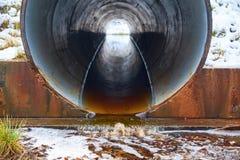 Córrego na tubulação sob a estrada fotografia de stock royalty free