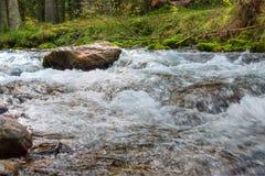 Córrego nas montanhas, foto de HDR Foto de Stock
