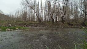 Córrego nebuloso pesado do dia atual, filtrando o lapso de tempo vídeos de arquivo