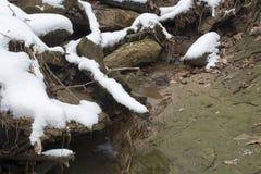 Córrego pequeno após a neve fraca fotografia de stock