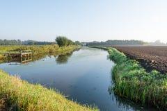 Córrego pequeno com um cais de madeira da pesca Foto de Stock