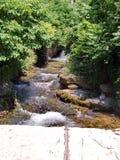 Córrego que flui abaixo de uma ponte fotos de stock royalty free