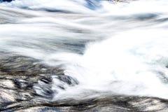 Córrego rápido da água de um rio Imagem de Stock Royalty Free