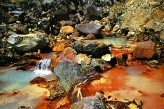 Córrego rochoso colorido Fotos de Stock