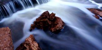 Córrego rochoso com movimento da água Imagens de Stock Royalty Free