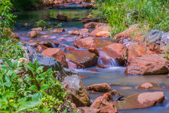 Córrego running & rochas Fotografia de Stock Royalty Free